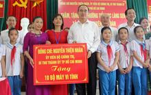 Bí thư Thành ủy TP HCM thăm, tặng quà tại quê Bác