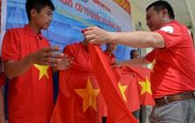 Tặng cờ Tổ quốc cho 8 ngư dân tàu cá bị đâm chìm ở Hoàng Sa