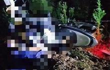 Tông xe máy vào cột hàng rào ven đường, 2 thiếu niên tử vong