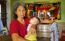 Bố mẹ và anh qua đời, bé trai 5 tháng tuổi được bà nội bế đi khắp xóm xin sữa