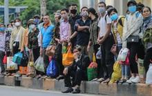 CLIP: Người dân chen chân tay xách nách mang trở lại Hà Nội