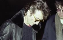 Đấu giá ảnh danh ca John Lennon ký album tặng kẻ sắp bắn mình