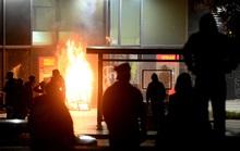 Biểu tình bạo lực ở Mỹ: Cảnh sát bị bắn chết, Tổng thống Trump dọa chó dữ