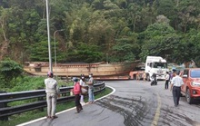 Đèo Bảo Lộc tắc nghẽn vì xe đầu kéo chở... thuyền khủng
