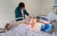 Nam công nhân vào viện với 2 bàn chân đựng trong túi nilon