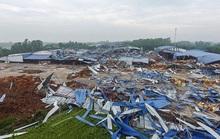 CLIP: Tan hoang nhà xưởng bị lốc xoáy đổ sập khiến 3 người chết, nhiều người bị thương