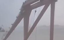 Gió cực mạnh quật máy trục 10 tấn rơi xuống biển