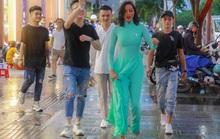 Hoa hậu H'Hen Niê mặc áo dài, đi chân trần quảng bá du lịch TP HCM
