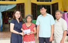 Trao quà bạn đọc của Báo Người Lao Động tới bé trai 5 tháng tuổi mất cả bố mẹ và anh trai