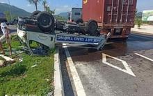 Bị xe đầu kéo tông từ phía sau, ô tô của CSGT lật, 2 cán bộ bị thương
