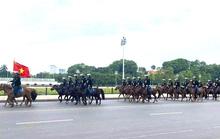 Sáng 8-6, kỵ binh Cảnh sát cơ động diễu hành tại đường Độc Lập