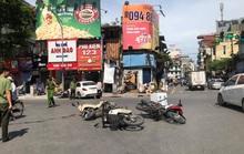 Xe sang Mercedes bất ngờ tông liên tiếp 4 xe máy trên phố