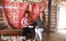 Trưởng Ban Dân tộc tỉnh thăm hỏi 4 em nhỏ ăn cơm nguội với ve sầu