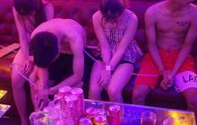 Cận cảnh các cô gái trẻ chìm trong tiệc... thác loạn!