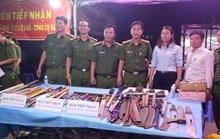 Tự nguyện nộp súng, lựu đạn cho công an tại chợ đầu mối Thủ Đức
