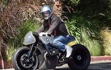 """Brad Pitt """"ngầu"""" với mô-tô, bí mật rời nhà vợ cũ Angelina Jolie"""