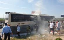 30 nhân viên THACO ra tay kịp thời, chiếc xe khách đang chạy bốc khói nghi ngút thoát nạn