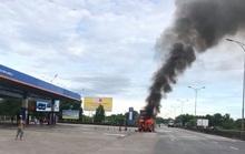 Đang đỗ ở cây xăng, xe đầu kéo bốc cháy dữ dội