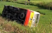 Va chạm với xe ôtô con, xe buýt lao xuống ruộng lật nghiêng khiến hành khách hoảng loạn