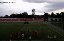 Kinh hoàng cầu thủ bóng đá Nga bị sét đánh bất tỉnh khi khởi động