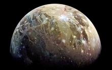 Bí ẩn mặt trăng nam châm to hơn hành tinh, nhìn thấy từ Trái Đất