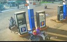 Truy tìm người đàn ông nhanh tay nhặt cọc tiền của nhân viên cây xăng