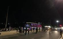 Nghi xe 7 chỗ chở khách Trung Quốc chui, người dân Hội An chặn báo công an