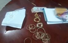 Cặp vợ chồng thu gom rác trả hơn 6 lượng vàng nhặt được ở TP HCM