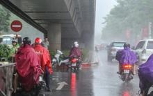 Người dân túm tụm dưới chân cầu vượt trong trận mưa vàng