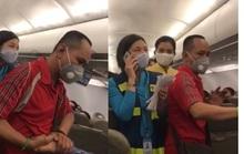 Người nói can ngăn vụ gây rối trên máy bay bị cấm bay 1 năm