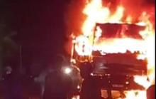 Xe tải bốc cháy ngùn ngụt sau va chạm xe máy, 1 người tử vong