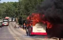 Xe khách chở 16 người bốc cháy dữ dội