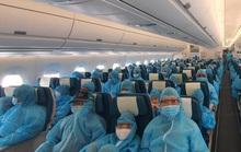 Chuyến bay đầu tiên đưa hơn 300 du khách mắc kẹt ở Đà Nẵng về tới TP HCM