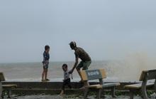 Bất chấp bão số 2 đang đổ bộ, người lớn vẫn đưa con nhỏ ra biển chơi