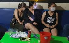 CLIP: Nhóm nam nữ ở Quảng Nam vào quán karaoke dùng ma túy bất chấp lệnh cấm