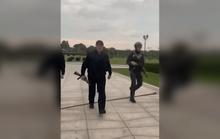 Xuất hiện clip tổng thống Belarus mặc đồ chống đạn, xách AK