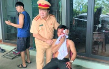 Trưởng phòng CSGT Thanh Hóa đập kính ôtô cứu người mắc kẹt sau tai nạn