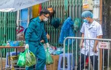 CLIP: Tiếp tế lương thực khu vực cách ly bệnh nhân Covid-19 số 714 lịch trình đi lại dày đặc