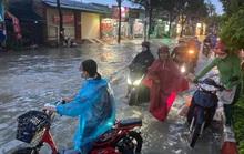 Đồng Nai: Mưa lớn, xe máy bơi trên phố như sông