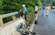 Xe tải tông thành cầu rồi lao xuống vực sâu, 1 người tử vong