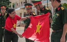 Trao cờ Tổ quốc trên đảo Bạch Long Vỹ