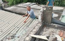 Sau tiếng nổ lớn, tảng đá bay từ mỏ đá đâm thủng mái tôn nhà dân