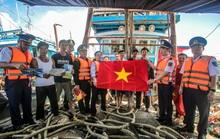 Tặng cờ Tổ quốc, tặng quà cho quân, dân trên đảo Bạch Long Vỹ