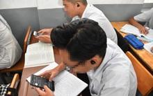 Học sinh dùng điện thoại trong lớp: Cần đánh giá nghiêm túc trước khi áp dụng