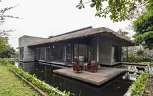 Biệt thự mái tranh nằm giữa hồ cá koi