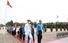 Đại biểu dự Đại hội thi đua yêu nước trong CNVC-LĐ báo công dâng Bác