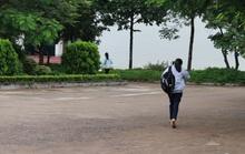 Nhiều thí sinh lật đật chạy vào phòng thi tốt nghiệp