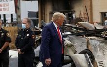 """Ông Donald Trump và đối thủ đảng Dân chủ """"giằng co"""" tại Kenosha"""