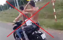 2 thanh niên vừa đi xe máy vừa... tắm