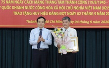Ông Nguyễn Văn Đua, nguyên Phó Bí thư Thường trực Thành ủy TP HCM  nhận huy hiệu 45 năm tuổi Đảng